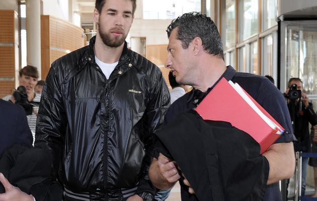 Le handballeur Luka Karabatic parle avec l'un de ses avocats, Mickaël Corbier, le 10 juin 2013 au tribunal de Montpellier [Pascal Guyot / AFP]