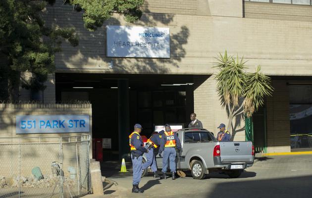 La police contrôle les entrées de l'hôpital de Prétoria où est hospitalisé Nelson Mandela, le 11 juin 2013 [Alexander Joe / AFP]
