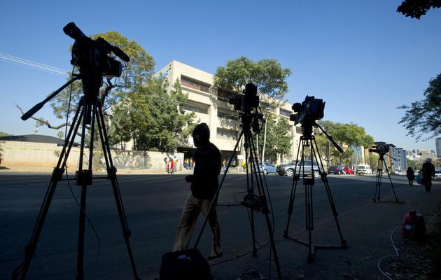 Des caméras devant l'hôpital où est hospitalisé Nelson Mandela, le 11 juin 2013 à Pretoria [Alexander Joe / AFP]
