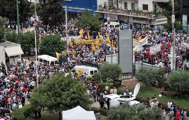 Des milliers de personnes rassemblées devant le siège d'ERT à Athènes le 13 juin 2013 [Louisa Gouliamaki / AFP/Archives]