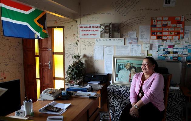 Stella Hawkes pose dans le bureau de ses chambres d'hôtes, le 13 juin 2013 à Mthatha [Jennifer Bruce / AFP]
