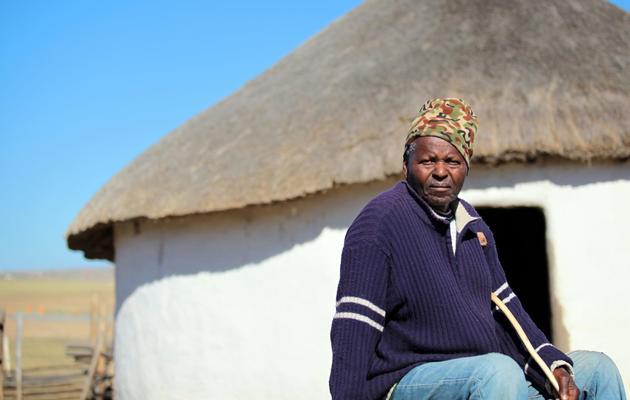 Un habitant de Qunu où Nelson Mandela a passé sa jeunesse, le 12 juin 2013 [Jennifer Bruce / AFP]