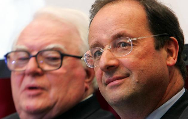François Hollande, alors Premier secrétaire du Parti socialiste (d) et l'ancien Premier ministre socialiste Pierre Mauroy participent, le 21 mai 2006 à Lille, à une cérémonie de commémoration des 25 ans de l'arrivée de la Gauche au pouvoir à l'issue de l'élection présidentielle de 1981. [Philippe Huguen / AFP]