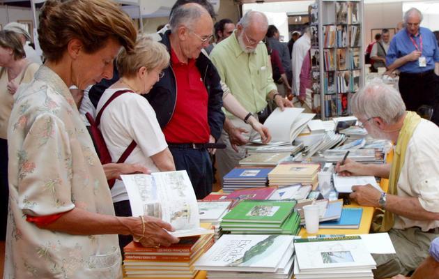 """Des visiteurs attendent pour se faire dédicacer des livres, le 04 Juin 2006 à Saint-Malo, à l'occasion du 17e festival """"Etonnants voyageurs"""" [Andre Durand / AFP/Archives]"""
