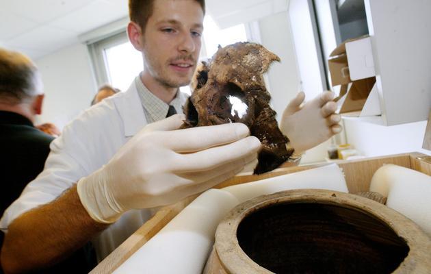 Le paléopathologiste du CHU de Lille, Philippe Charlier, montre, le 29 septembre 2004, le crâne d'Agnès Sorel, maîtresse et inspiratrice du roi de France Charles VII, au lendemain de son exhumation, 555 ans après sa mort [Francois Lo Presti / AFP/Archives]