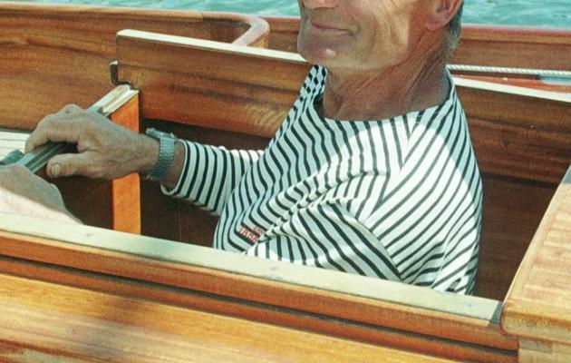 """Eric Tabarly sort de la cabine de son voilier """"Pen Duick"""", le 29 mai 1998, dans le port de Bénodet [Emmanuel Pain / AFP/Archives]"""