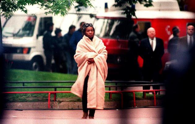 La mère d'un des enfants retenus en otage dans une classe de maternelle de Neuilly-sur-Seine, le 14 mai 1993 [Thierry Saliou / AFP/Archives]