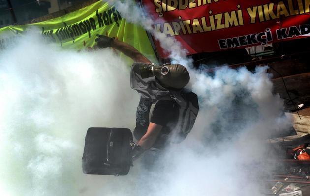 Un manifestant sous les gaz lacrymogènes tirés par la police sur la place Taksim à Istanbul, le 11 juin 2013 [Aris Messinis / AFP]