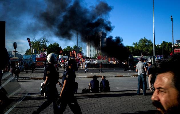 Des policier sur la place Taksim à Istanbul, le 11 juin 2013 [Angelos Tzortzinis / AFP]
