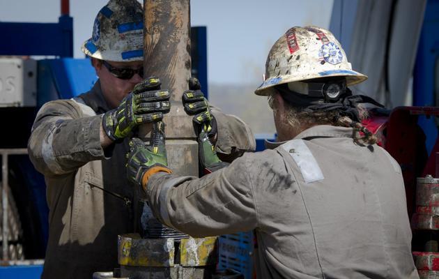 Des ouvriers sur un site d'exploration  destiné à trouver du pétrole, à Waynesburg aux Etats-Unis, le 13 avril 2012 [Mladen Antonov / AFP/Archives]