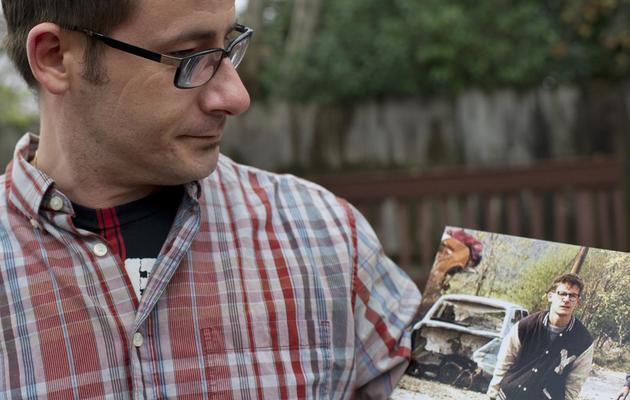 Vladimir Vrnoga tient la photo de Patrick Baz sur laquelle il figure, le 16 décembre 2012 à Chico, en Californie [Robyn Beck / AFP]
