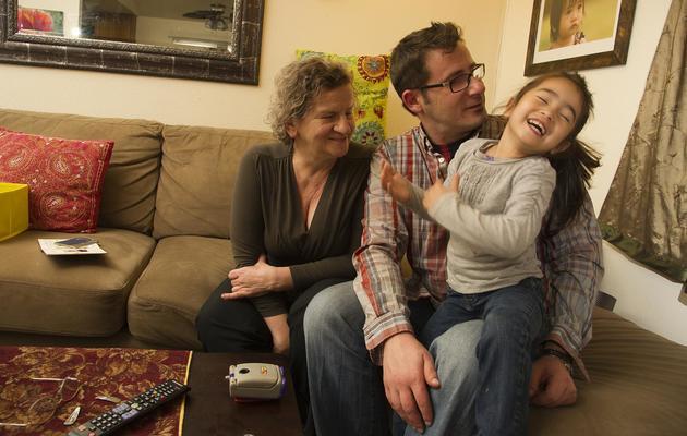 Vladimir Vrnoga pose avec sa mère et sa fille, le 16 décembre 2012 à Chico, en Californie [Robyn Beck / AFP]