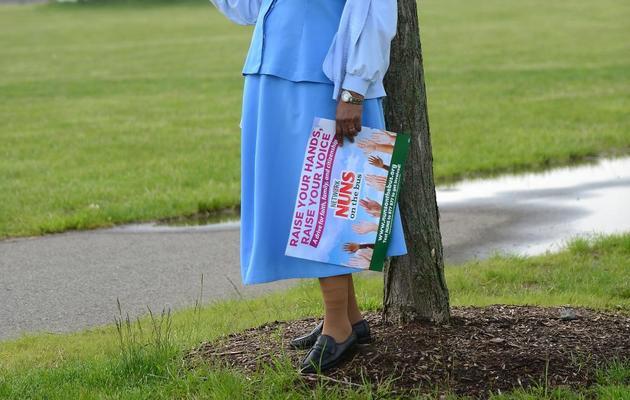 """Une nonne écoute le discours d'une porte-parole des """"Nuns on the bus"""", le 29 mai 2013 à Jersey City [Emmanuel Dunand / AFP]"""