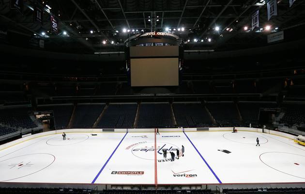 Installation des logos sur la glace au Verizon Center, théâtre des matches de LNH des Washington Capitals le 9 janvier 2013 à Washington [Rob Carr / Getty Images/AFP/Archives]