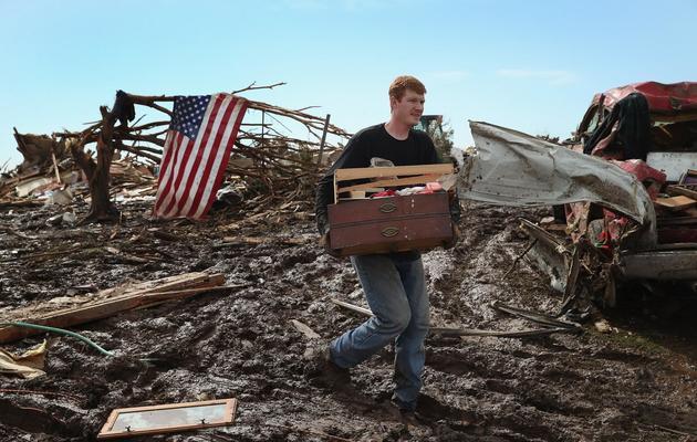 Un habitant au milieu des décombres le 21 mai 2013 à Moore une banlieue d'Oklahoma City dévastée par une tornade [Scott Olson / AFP/Getty Images]