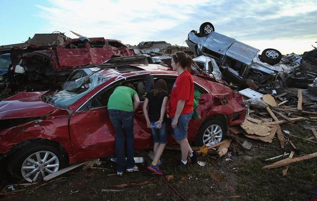 Des habitants au milieu des décombres le 21 mai 2013 à Moore, une banlieue d'Oklahoma City dévastée par une tornade [Scott Olson / AFP/Getty Images]