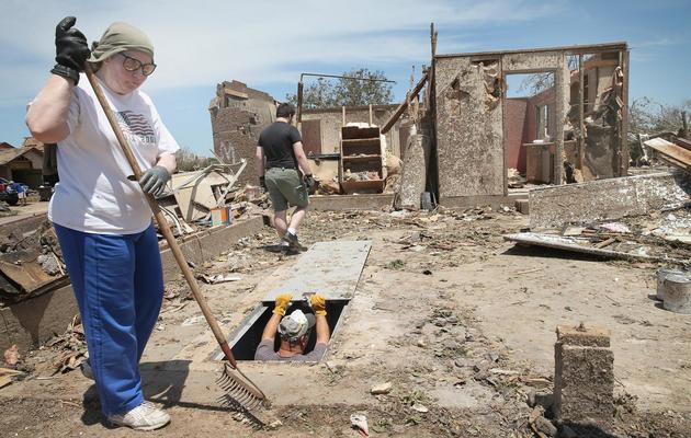 Des habitants de Moore le 22 mai 2013 au milieu des décombres de leurs maisons détruites [Scott Olson / AFP/Getty Images]