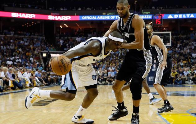 Zach Randolph (g) des Memphis Grizzlies tente de passer Tim Duncan des Spurs, le 27 mai 2013 à domicile [Kevin C. Cox / Getty Images/AFP]