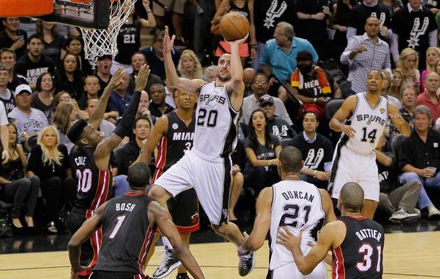 Manu Ginobili (c) des San Antonio Spurs est prêt à marquer le 16 juin 2013 contre Miami, à San Antonio [Kevin C. Cox / Getty Images/AFP]