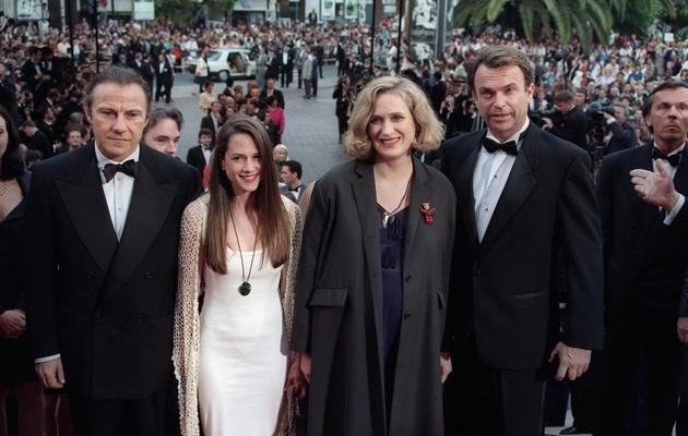 """Jane Campion (au centre) le 17 mai 1993 lors de la présentation de son film """"La leçon de Piano"""" au festival de Cannes, en compagnie de ses acteurs Harvey Keitel, Holly Hunter et Sam Neill [Gerard Julien / AFP/Archives]"""