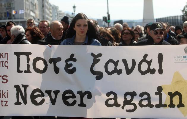 Des centaines de personnes de la communauté juive avaient défilé le 16 mars 2013 à Thessalonique pour le 70e anniversaire du départ du premier train de déportés de la ville vers Auschwitz [Sakis Mitrolidis / AFP/Archives]