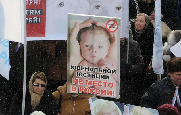 Des Russes manifestent pour interdire l'adoption d'enfants russes aux étrangers, le 2 mars 2013 à Moscou [Alexander Nemenov / AFP/Archives]