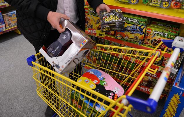 Achat dans un magasin de jouets le 12 décembre 2012 à Chambray-Lès-Tours [Alain Jocard / AFP/Archives]