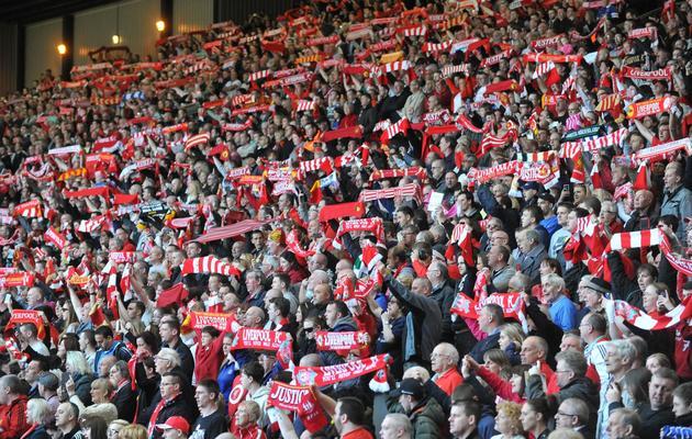 Les supporters de Liverpool brandissent des écharpes lors d'une cérémonie du souvenir pour les victimes de la tragédie de Hillsborough à Anfield Road à Liverpool le 15 avril 2014 [Paul Ellis / AFP]
