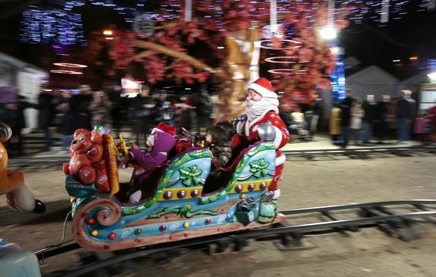 Des enfants sur un manège de Noël le 16 décembre 2012 aux Champs Elysées à Paris [Jacques Demarthon / AFP/Archives]