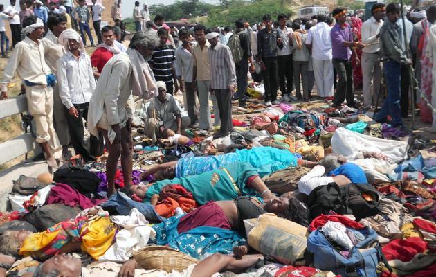 Des corps de victimes après une bousculade près du temple de Ratangarh dans le district de Datia, le 13 octobre 2013 [ / AFP]