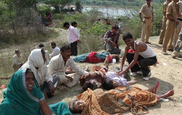 Des familles pleurent leurs proches tués dans la bousculade survenue le 13 octobre 2013 à proximité d'un temple du district de Datia, dans l'Etat du Madhya Pradesh [. / AFP]