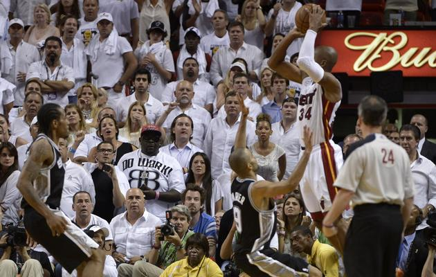 Ray Allen des Miami Heat marque un panier, en match 6 de finale de NBA, le 18 juin 2013 à Miami  [Brendan Smialowski / AFP]