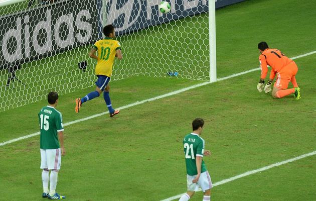 L'attaquant brésilien Neymar célèbre sa passe décisive faîte à jo lors du deuxième match du groupe A contre le Mexique lors de la Coupe des Confédérations à Fortaleza, le 19 juin 2013 [VANDERLEI ALMEIDA / AFP Photo]