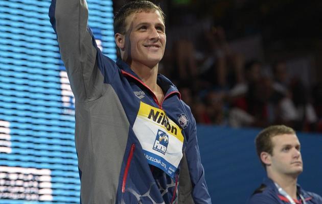 Ryan Lochte récompensé pour sa victoire sur 200 m dos, le 2 août 2013 lors des Championnats du monde de natation à Barcelone. [Lluis Gene / AFP]