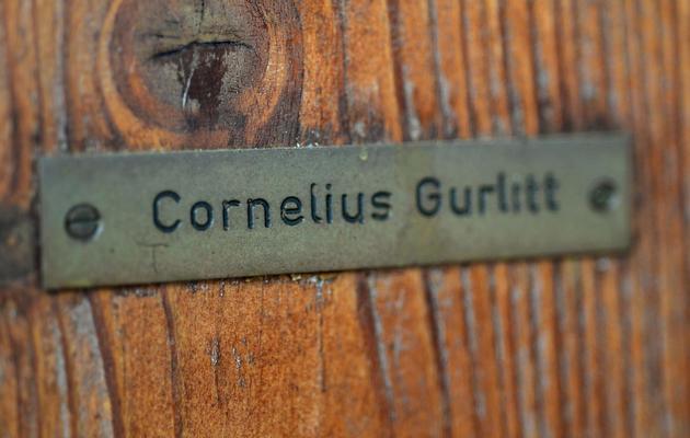 Plaque au nom de Cornelius Gurlitt disposée sur la porte de sa résidence à Salzbourg le 19 novembre 2013  [Wildbild / AFP]