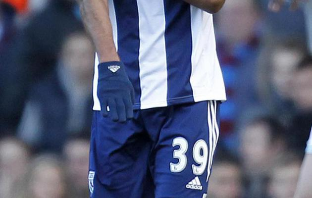 """Nicolas Anelka célèbre son but par une """"quenelle"""" lors du match de Premier League entre West Ham United et West Bromwich Albion, le 28 décembre 2013 au Boleyn Ground à Londres [ / AFP/Archives]"""