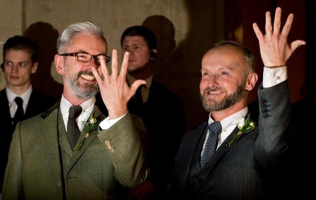 Andrew Wale et Neil Allard montrent leurs alliances à l'issue de leur mariage célébré le 29 mars 2014 à Brighton [Leon Neal / AFP]