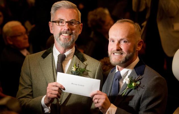 Andrew Wale et Neil Allard montrent leur certificat de mariage à l'issue de la cérémonie le 29 mars 2014 à Brighton [Leon Neal / AFP]