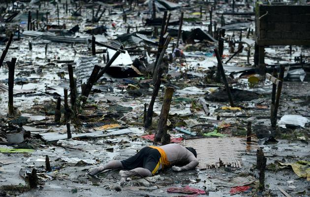 Le corps d'un homme gît à Tacloban, le 10 novembre 2013 [Noel Celis / AFP]