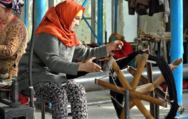 Une Ouïghoure tisse un tapis dans un atelier à Hotan le 7 novembre 2013 [Carol Huang / AFP]