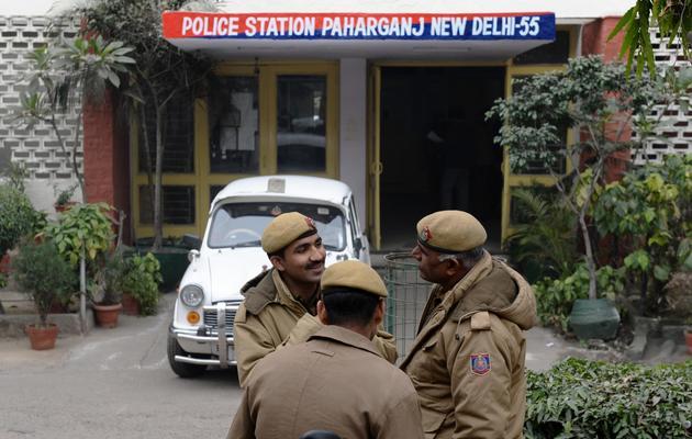 Des policiers devant le commissariat de Paharganj, le 14 janvier 2014 à New Delhi, en Inde [Sajjad Hussain / AFP]