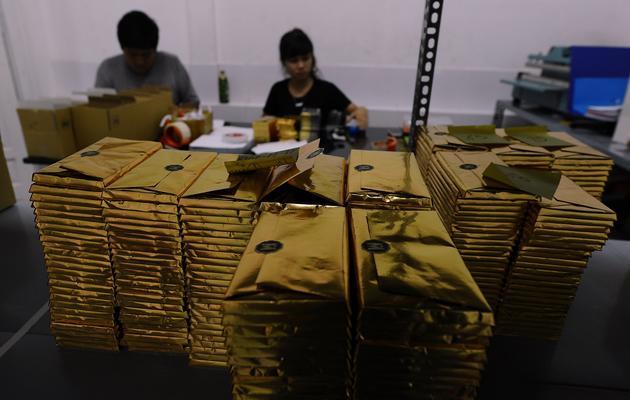 Des travailleurs vietnamiens empaquettent des tablettes de chocolat à Marou, le 18 novembre 2013 [Hoang Dinh Nam / AFP/Archives]