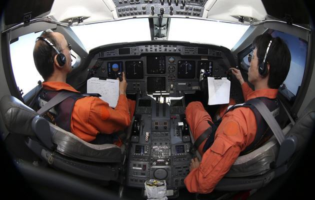 A bord d'un avion de l'armée japonaise à la recherche du vol MH370 au dessus de l'océan Indien, le 1er avril 2014 [Rob Griffith / POOL/AFP]