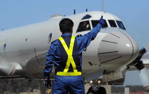 Un avion de l'aviation japonaise s'apprête à quitter la base de Pearce, pres de Perth, en Australie, pour reprendre les recherches dans l'océan Indien, le 2 avril 2014 [Greg Wood / AFP]