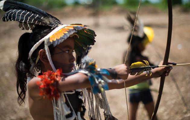 Des enfants de la tribu Umutina jouent avec un arc avant la visite du ministre des Sports brésilien Aldo Rebelo à l'occasion des 12e Jeux indigènes de Cuiaba, le 13 novembre 2013 [ / AFP/Archives]