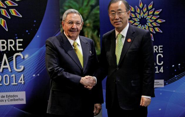 Le président cubain Raul Castro (g)et le secrétaire général de l'ONU, Ban Ki-moon, le 28 janvier 2014 lors du 2e sommet de la Celac à La Havane [ / www.cubadebate.cu/AFP]