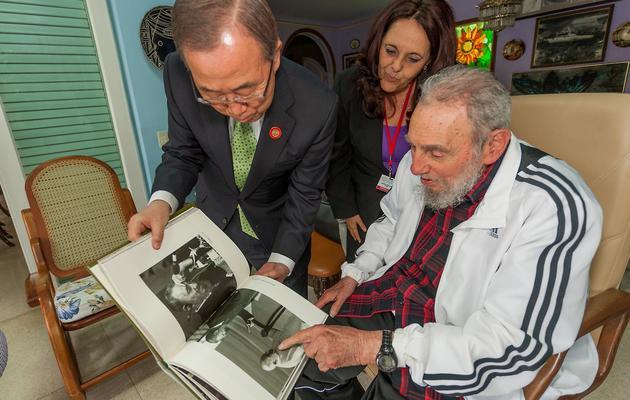 le Lider Maximo cubain Fidel Castro (d) et le secrétaire général de l'ONU, Ban Ki-moon, lors d'un entretien, le 29 janvier 2014 à La Havane [ / www.cubadebate.cu/AFP]