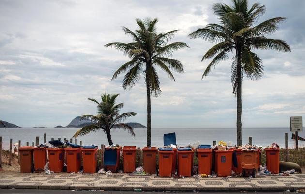 Des poubelles pleines de déchets sur la plage d'Ipanema à Rio de Janeiro, le 6 mars 2014 [Yasuyoshi Chiba / AFP]