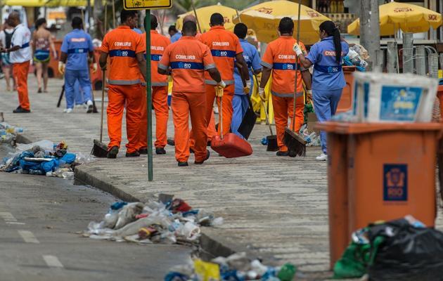 Des éboueurs laissent les déchets derrière eux lors d'une grève, le 6 mars 2014 à Rio de Janeiro [Yasuyoshi Chiba / AFP]