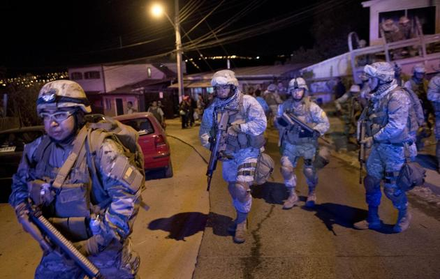 Arrivée de soldats le 13 avril 2014 à Valparaiso en proie à un gigantesque incendie [Martin Bernetti / AFP]